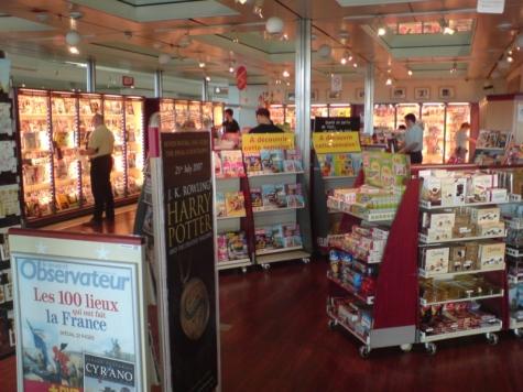 Tidningsbutik i terminal 2F på Charles de Gaulle