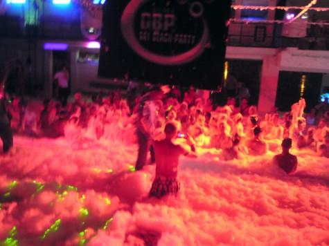 Gay Beach Foam Party, eller en helt vanlig tisdagkväll i Sitges