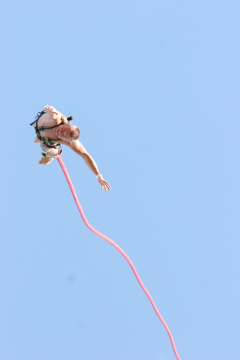 Micke hoppar bungyjump naken