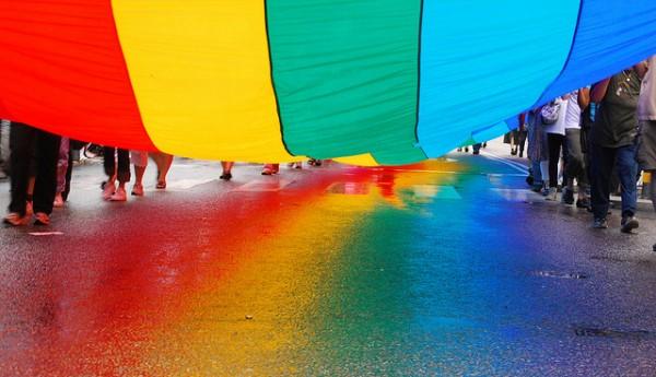 Pridefärger i regnvåt asfalt