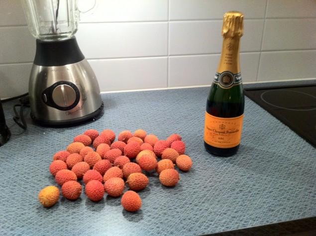 600 gram lychee och en halv flaska Veuve Cliquot