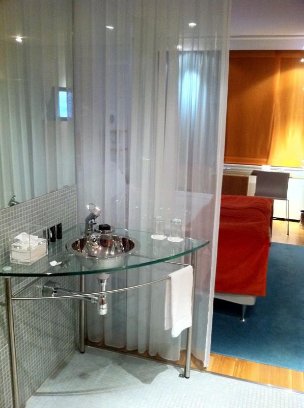 Rum 505 på Hotel Aveny - tvättställ i hallen
