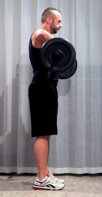 Bodypump-teknik, frivändning: stången är uppdragen till nederdelen av bröstkoren, armbågarna är i axelhöjd
