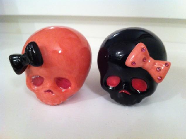 Salt- och pepparkar i form av dödskallar