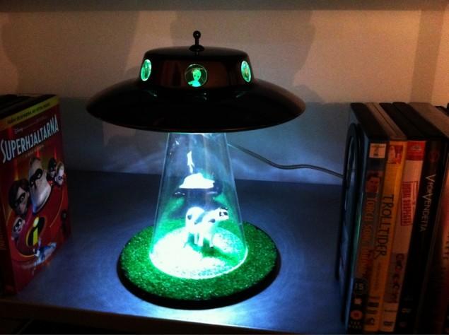 Alien lamp i min bokhylla