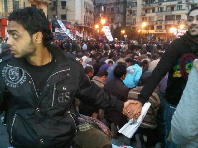 Kristna skyddar muslimer medan de ber i Egypten