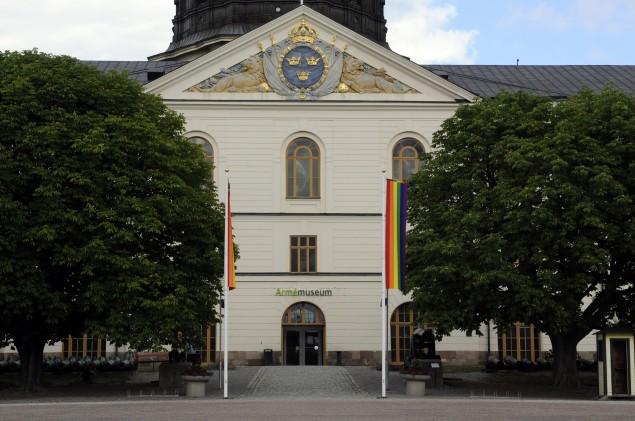 Ingången till Armémuseum flankeras av regnbågsflaggor