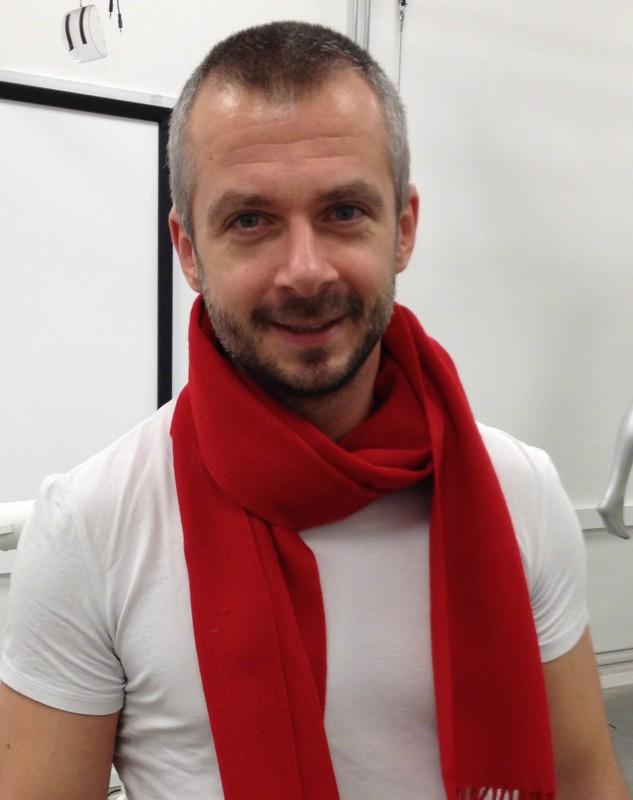 Röd halsduk för att synliggöra World Aids Day
