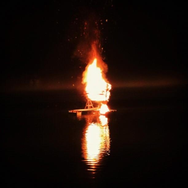 Ett nytt inslag i år var bränningen av jättefåret omkring 22.30 på lördagskvällen. Jag tror att det var för att blidka Spagettimonstret.